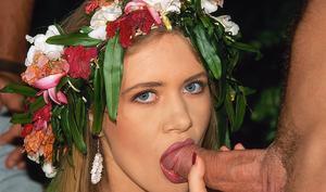 Голая блондиночка пожирает сперму друзей на природе