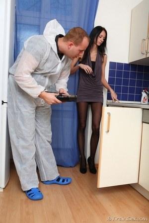 Сантехник кончил на мордашку тощей хозяйке квартиры