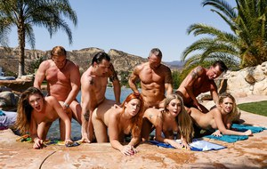 Веселый групповой камшот на лужайке возле бассейна