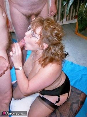 Толстая очкастая мамочка умывается спермой своих друзей
