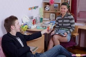 Улыбчивая русская телочка обожает сперму на лице