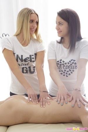 Трахнув девушек в попки, массажист накормил их спермой