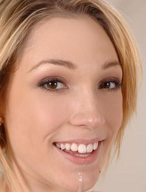 Блондинка с натуральными дойками подкрепилась вязкой спермой