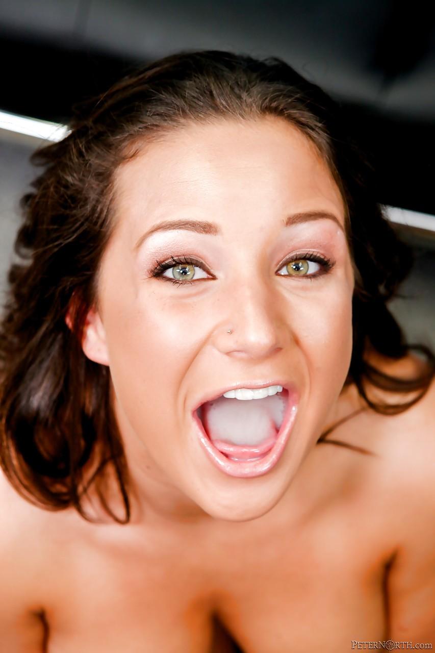 Татуированная дама с красивыми сосками дала наполнить рот спермой