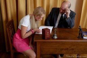 Проглотила сперму старого учителя и осталась довольна