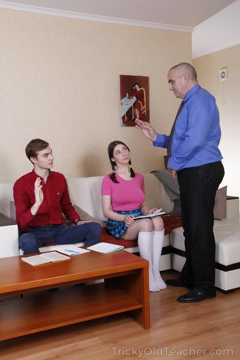 Смелая студентка удовлетворила мужчин и дала кончить на язык