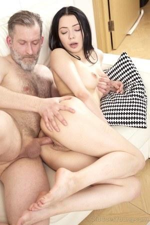 Старый небритый мужик накормил спермой молодую любовницу
