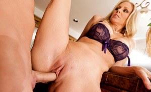 Известная грудастая мамаша лакомится мужскими выделениями