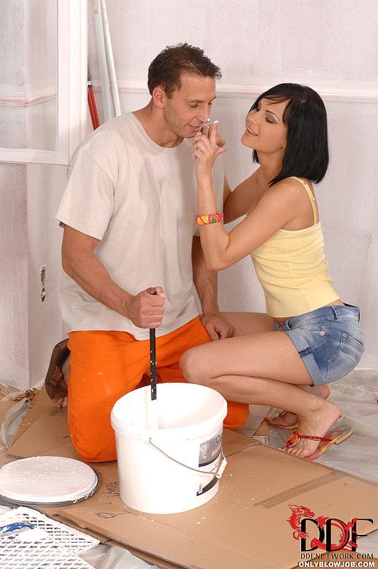Отсосала молодому строителю и полакомилась теплой спермой