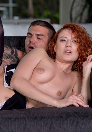 Татуированный мужик кончает в рот кудрявой рыжей даме