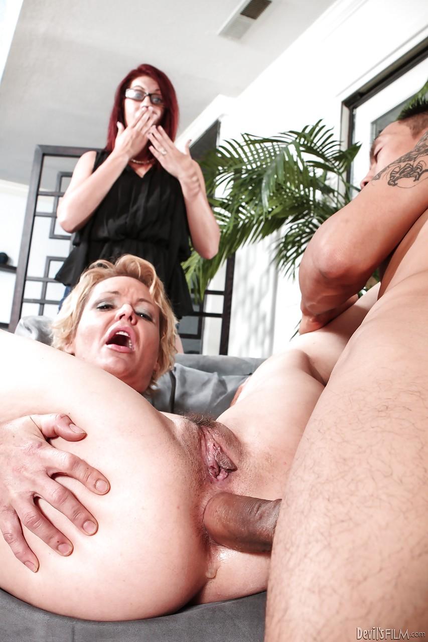 Грубо трахнул в анус мамочку и спустил на язык